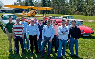 Kundenorientierung Gruppenbild Oldtimer Flugzeug