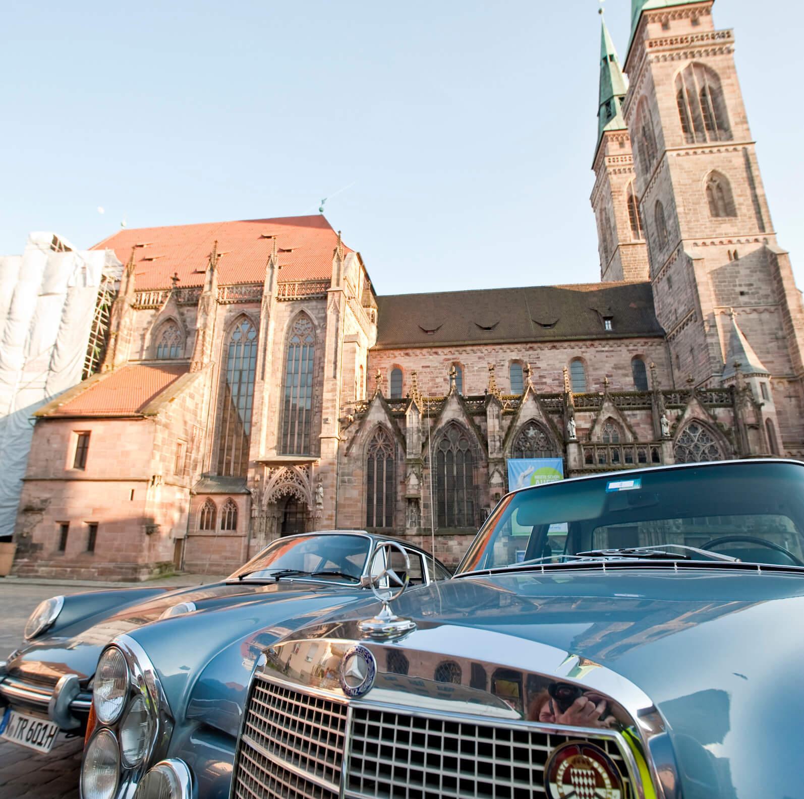 Oldtimer vor Frauenkirche Nürnberg